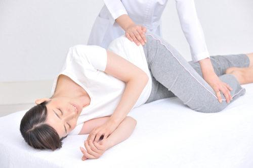 施術台に横になった女性